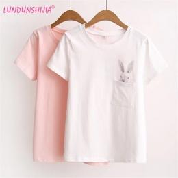 LUNDUNSHIJIA 2017 Lato T-shirt Kobiety Lady Top Odzież Bawełniana Koszulka Kobiet Drukowane Kieszeń Królik Góry Słodkie Koszulki