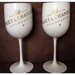 Ozdobny ekskluzywny plastikowy kieliszek do szampana wina w białym kolorze z złotymi napisami MOET na imprezę przyjęcie