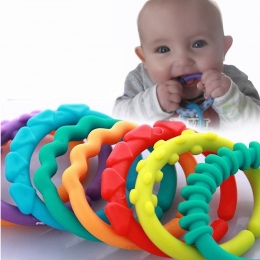 6 SZTUK Śliczne Kolorowe Rainbow Pierścienie Gryzak Dla Niemowląt Zabawki Dziecięce Łóżko Wózek Wiszące Dekoracji Grzechotki Zab
